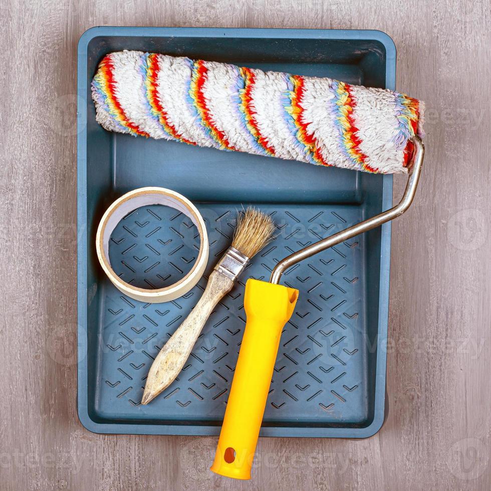 conjunto de herramientas para pintar con rodillo, bandeja y pincel foto
