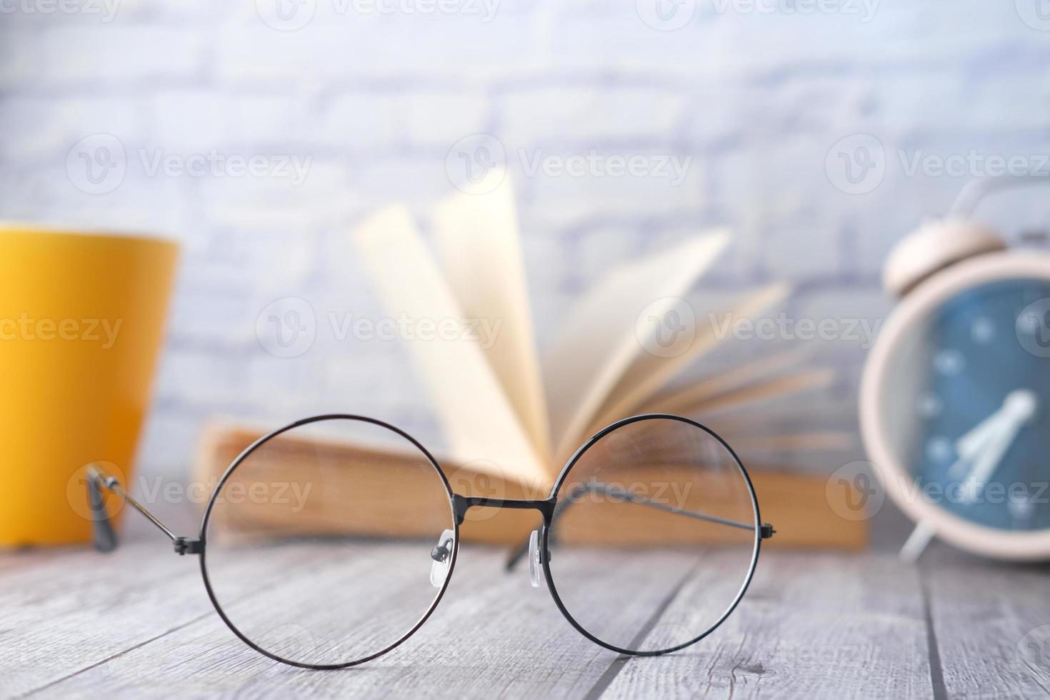 anteojos circulares en la mesa foto