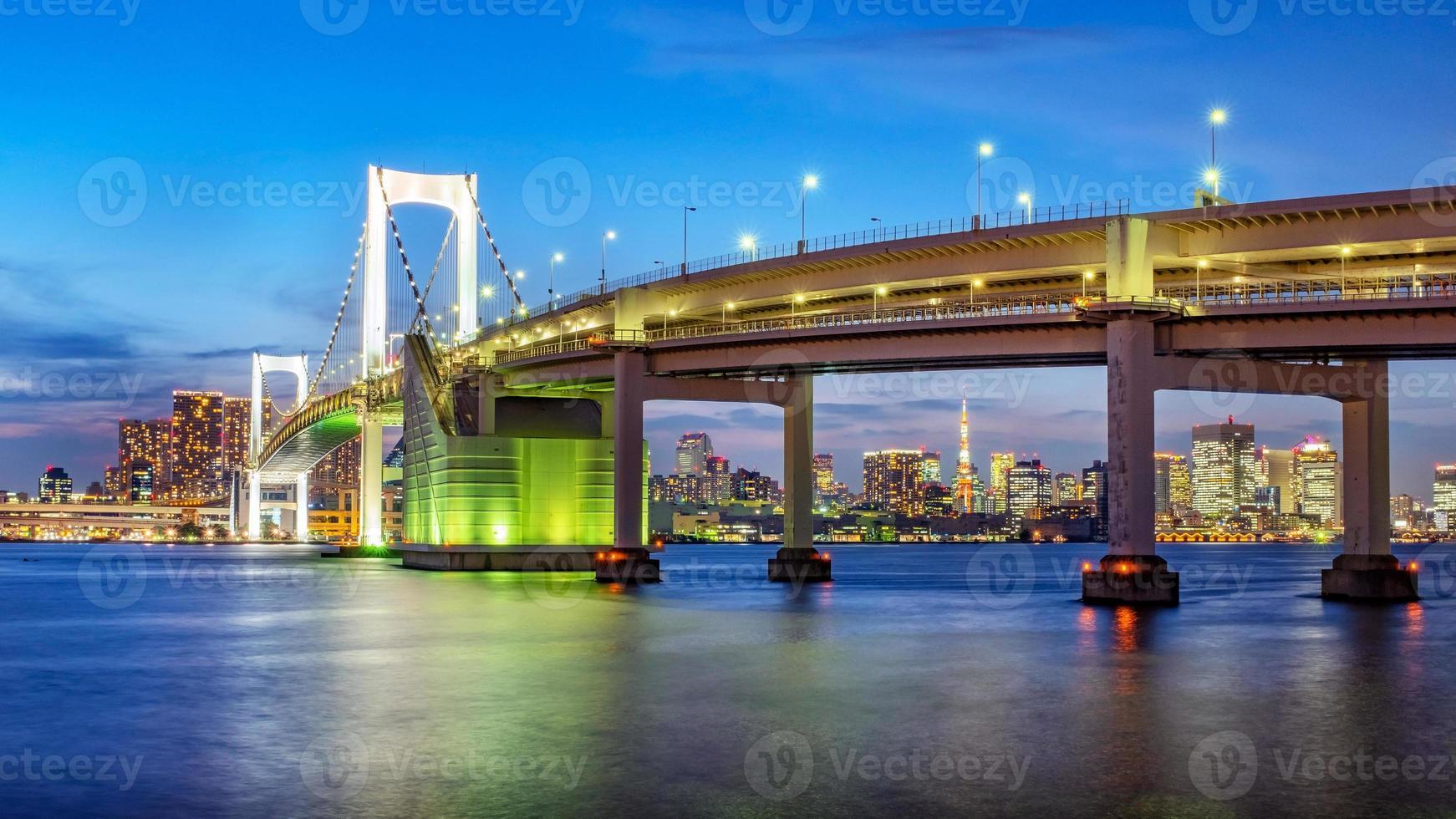 vista panorámica del horizonte de tokio en la noche. ciudad de tokio, japón. foto