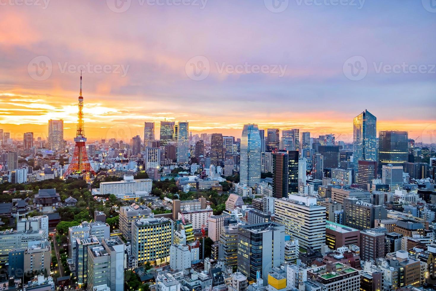 paisaje urbano de tokio al atardecer foto