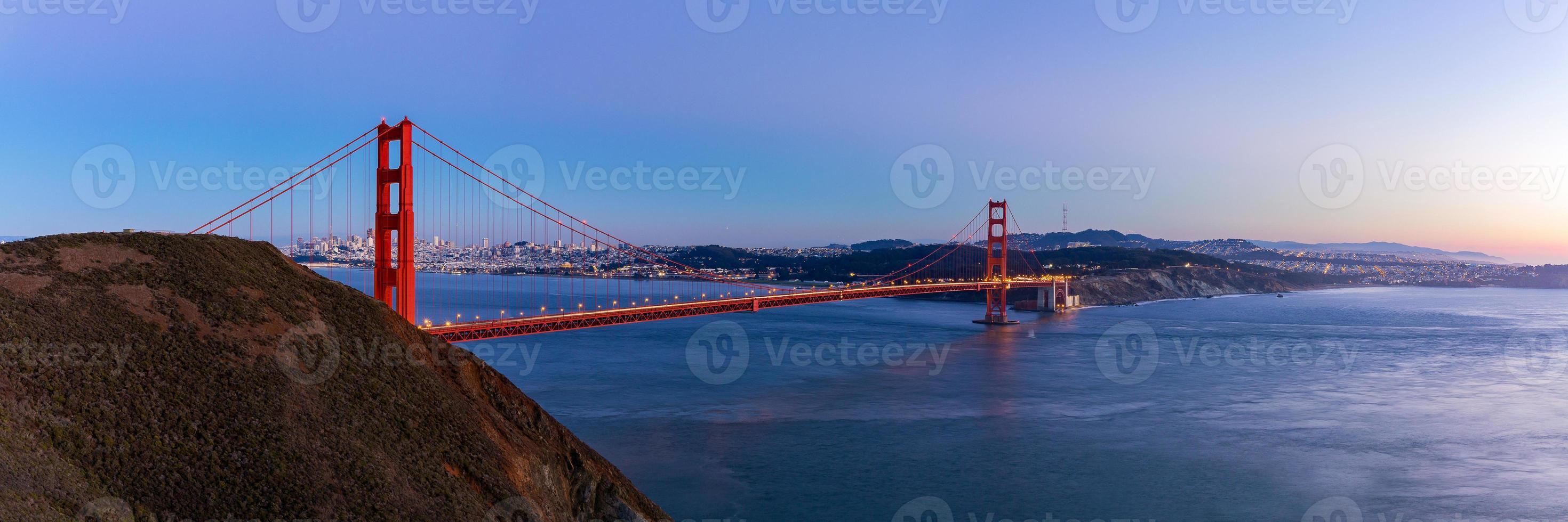 Vista panorámica del puente Golden Gate en el crepúsculo, San Francisco, Estados Unidos. foto