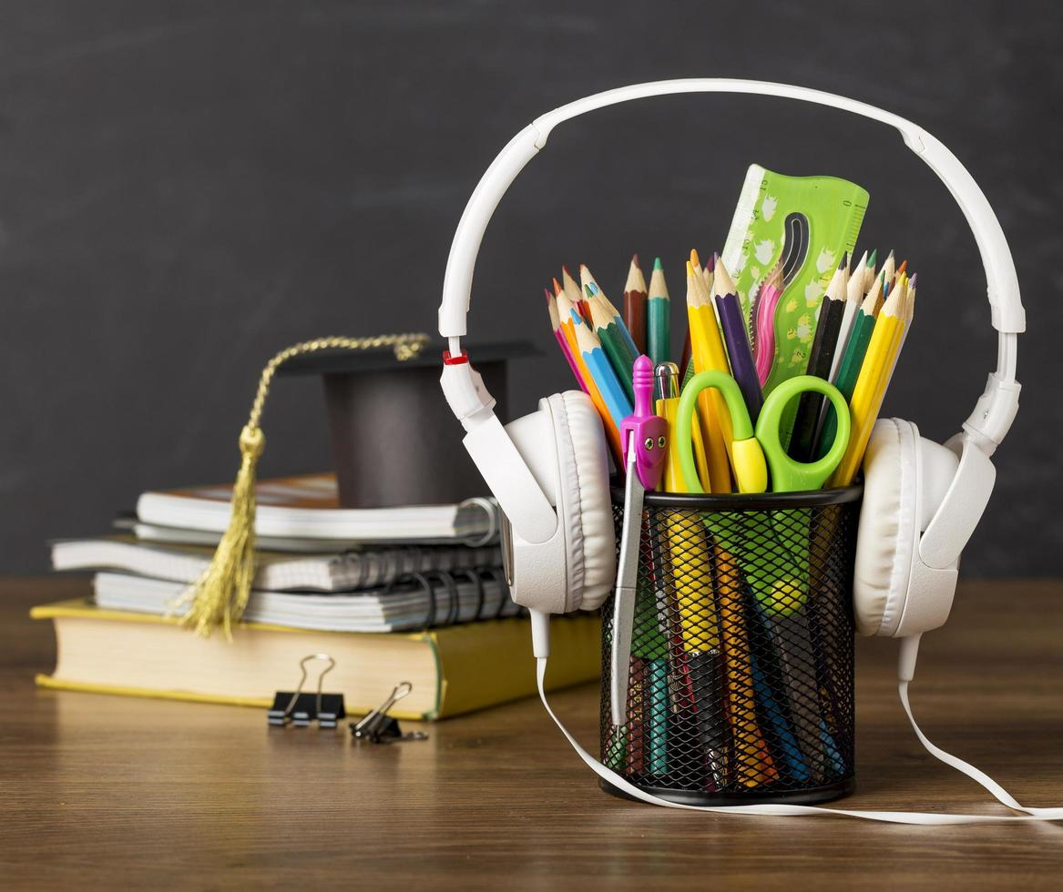 útiles escolares en un escritorio foto