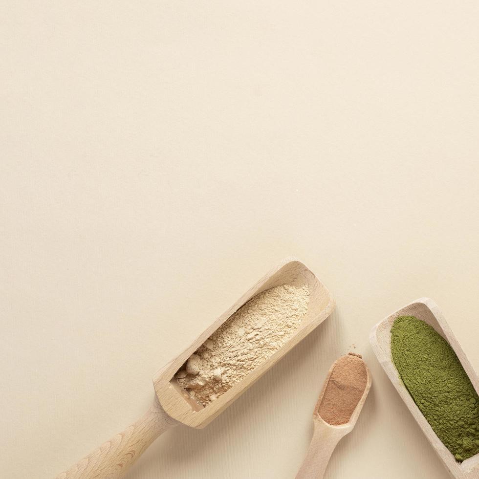 matcha y otros polvos en primicia sobre fondo neutro foto