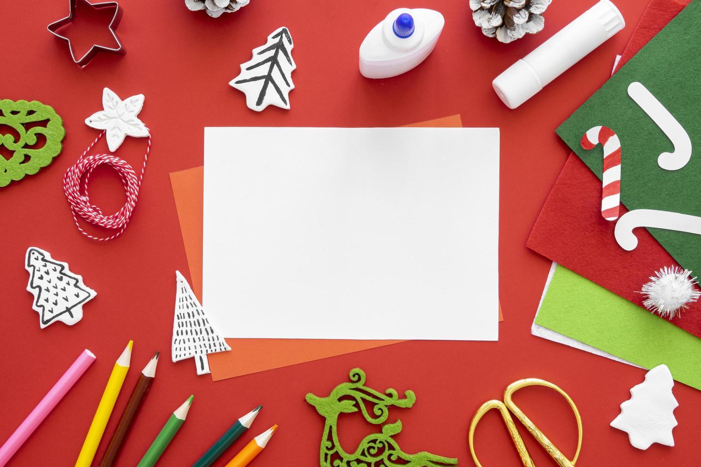 Suministros de artesanía de Navidad sobre fondo rojo. foto