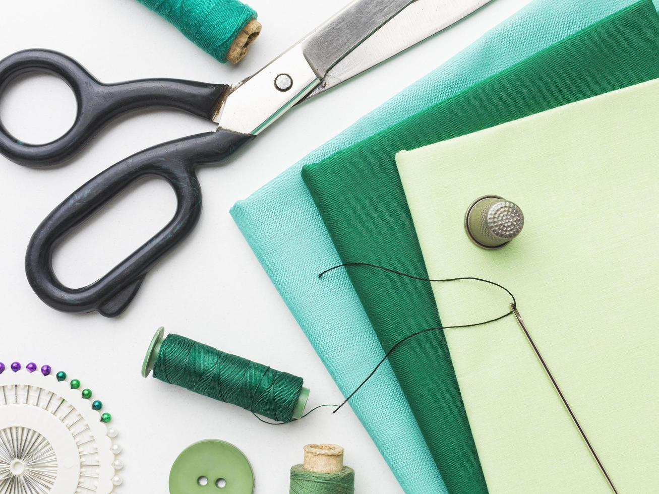 tela, cinta métrica, agujas e hilo para coser foto
