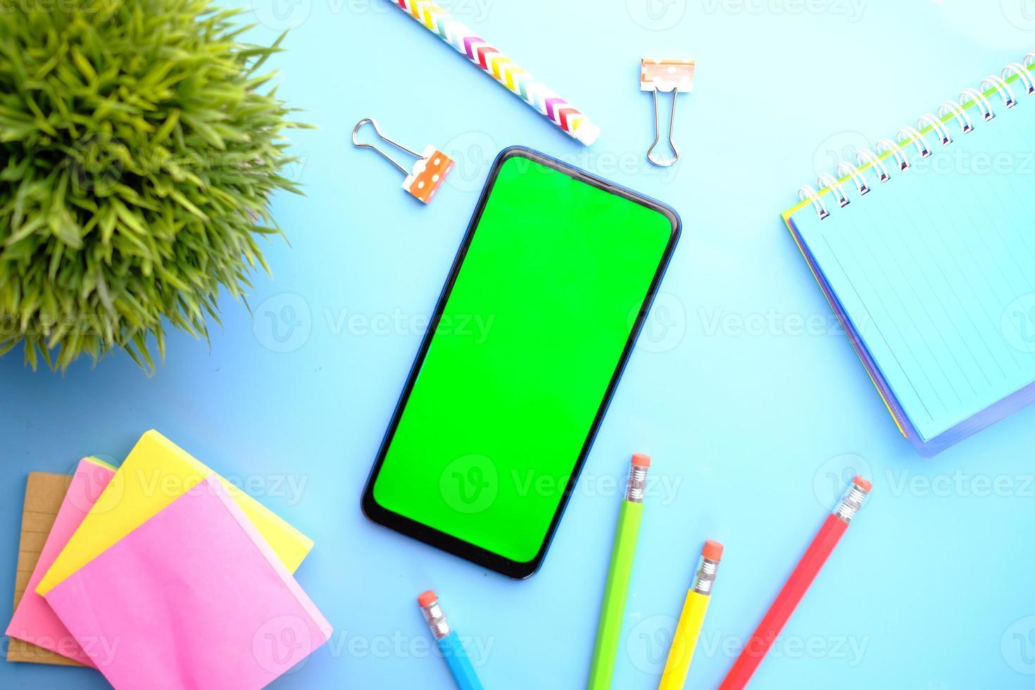 maqueta de teléfono inteligente de regreso a la escuela foto
