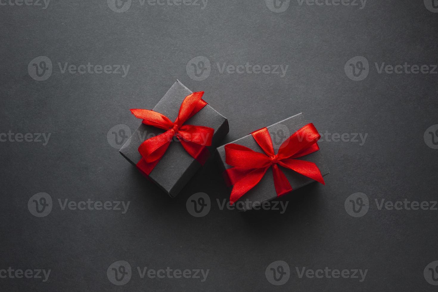 lindas cajas de regalo sobre fondo negro foto
