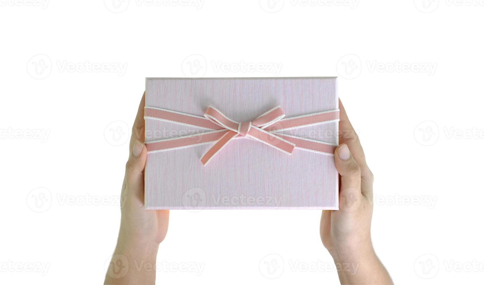 mano sosteniendo caja de regalo foto