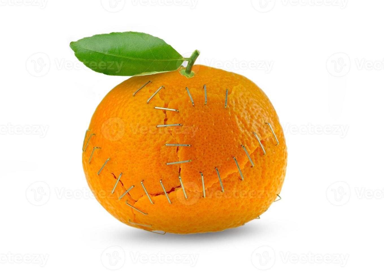 Cáscaras de cítricos de naranja engrapadas juntas sobre fondo blanco aislado foto