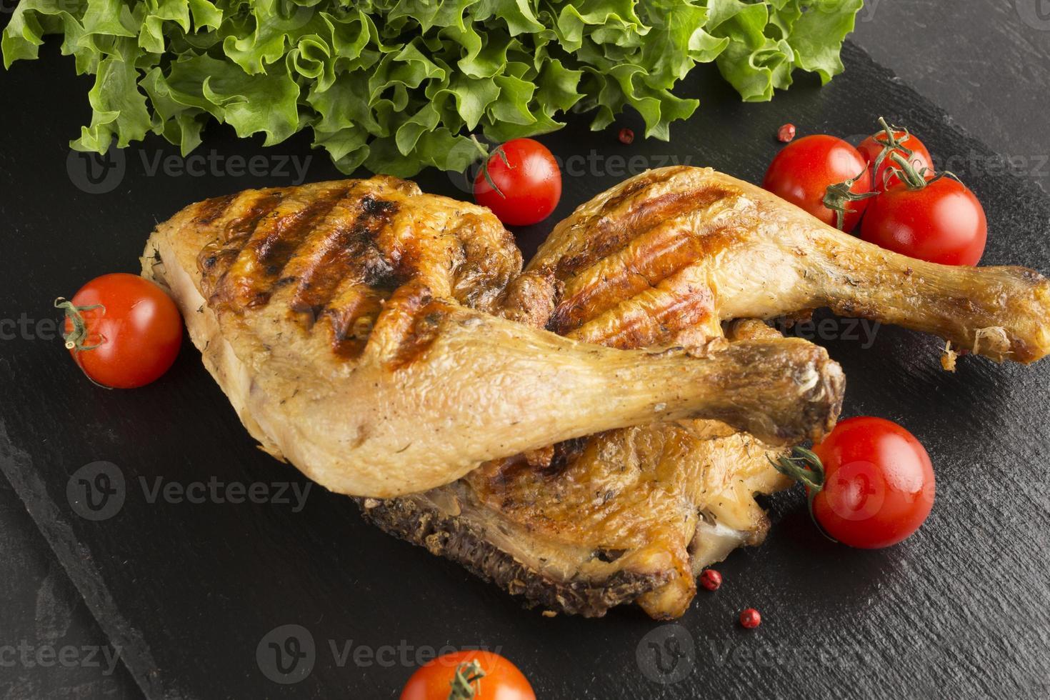 pollo al horno y tomates de alto ángulo foto