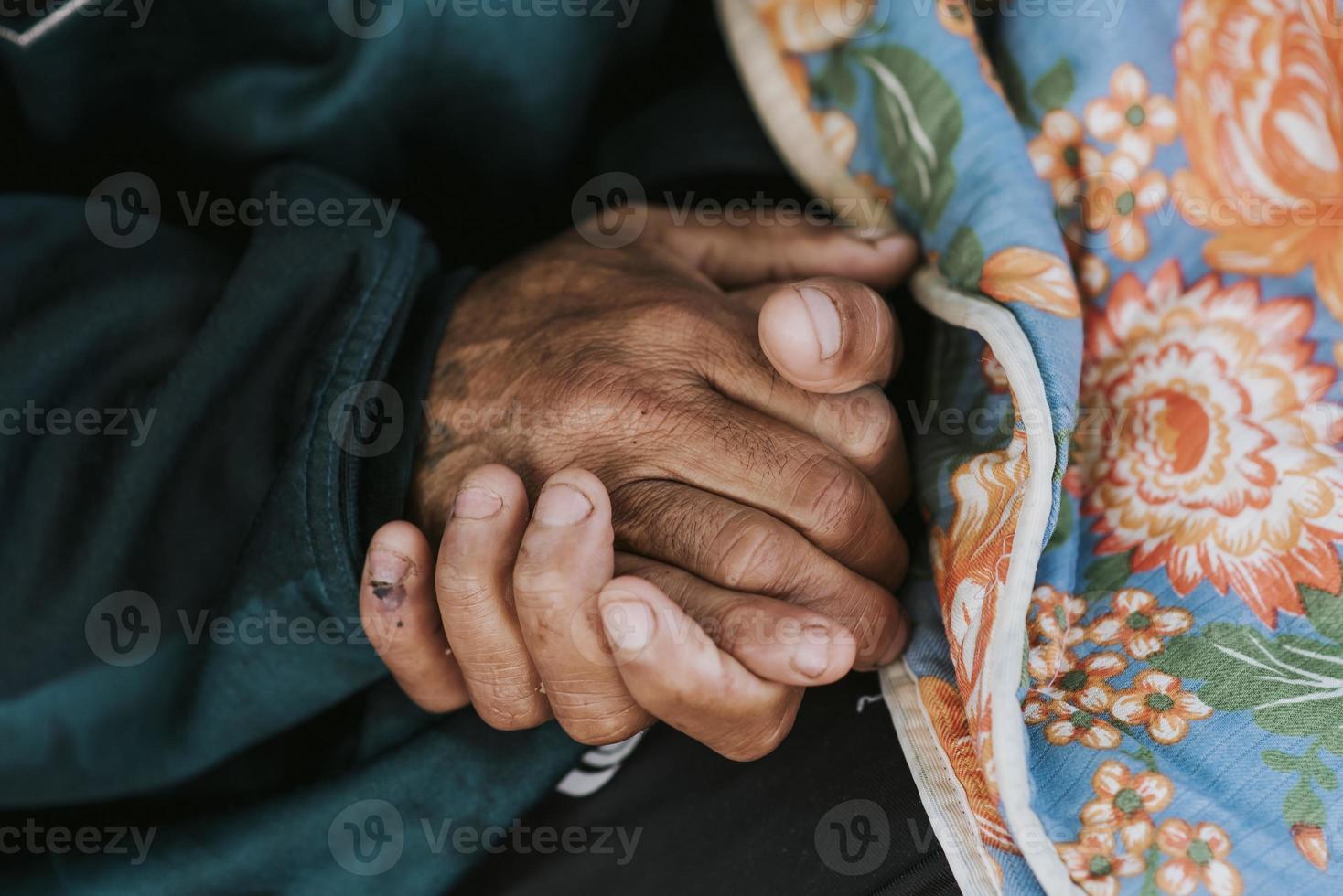 hombre sin hogar, tenencia, el suyo, manos, con, manta foto