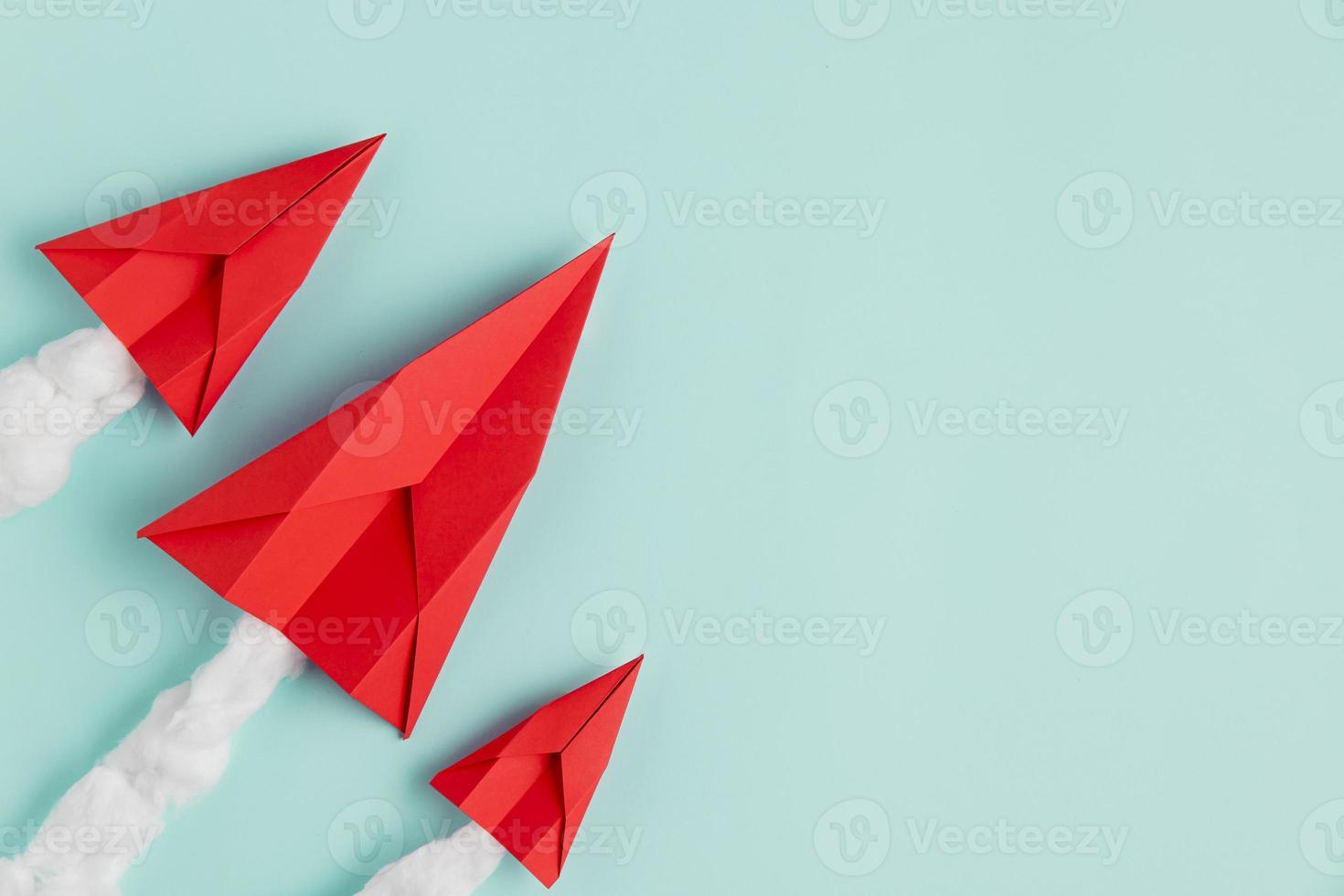 Copie el espacio aviones hechos de papel sobre fondo verde azul foto
