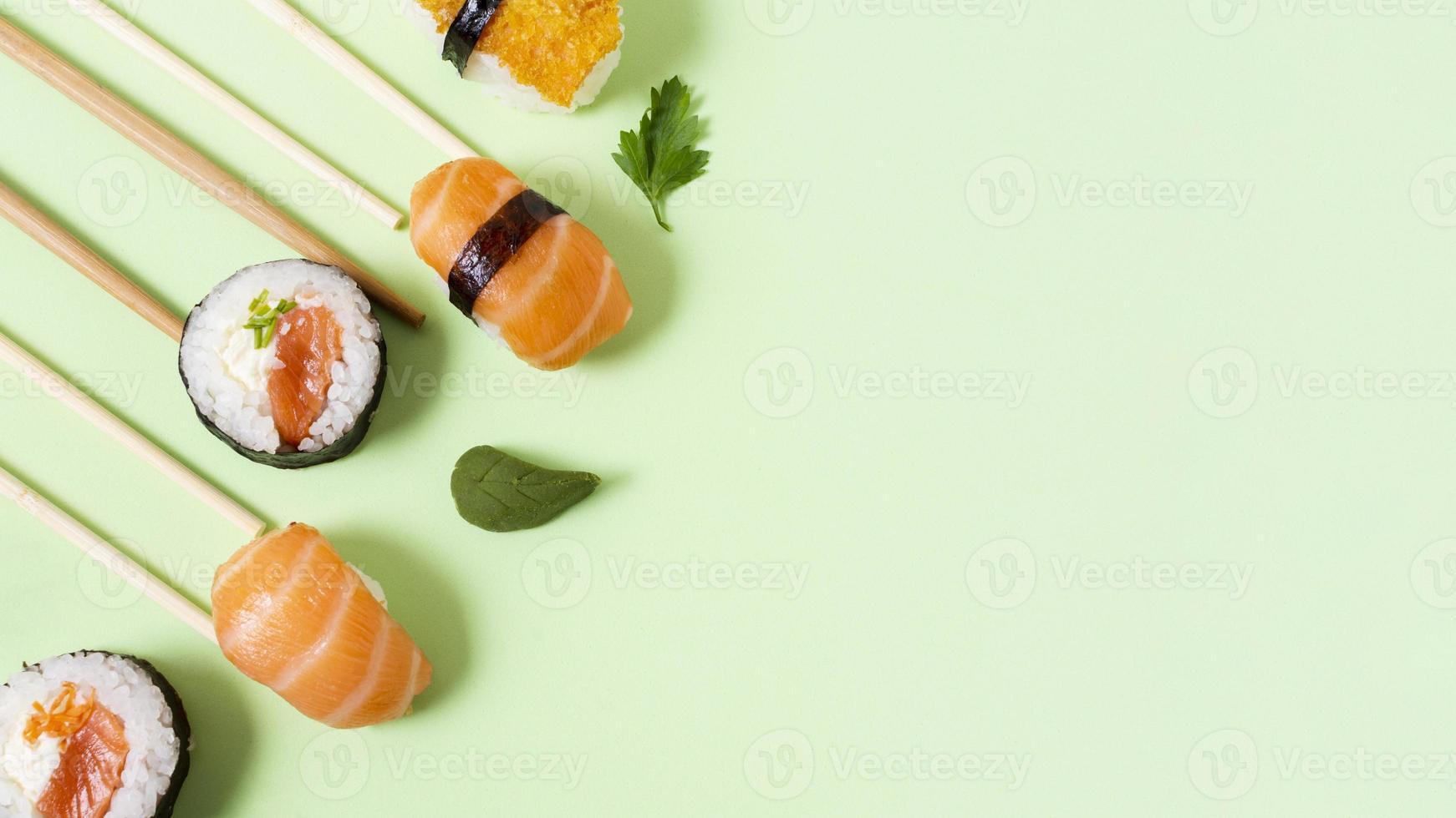 Copie el espacio rollos de sushi fresco foto