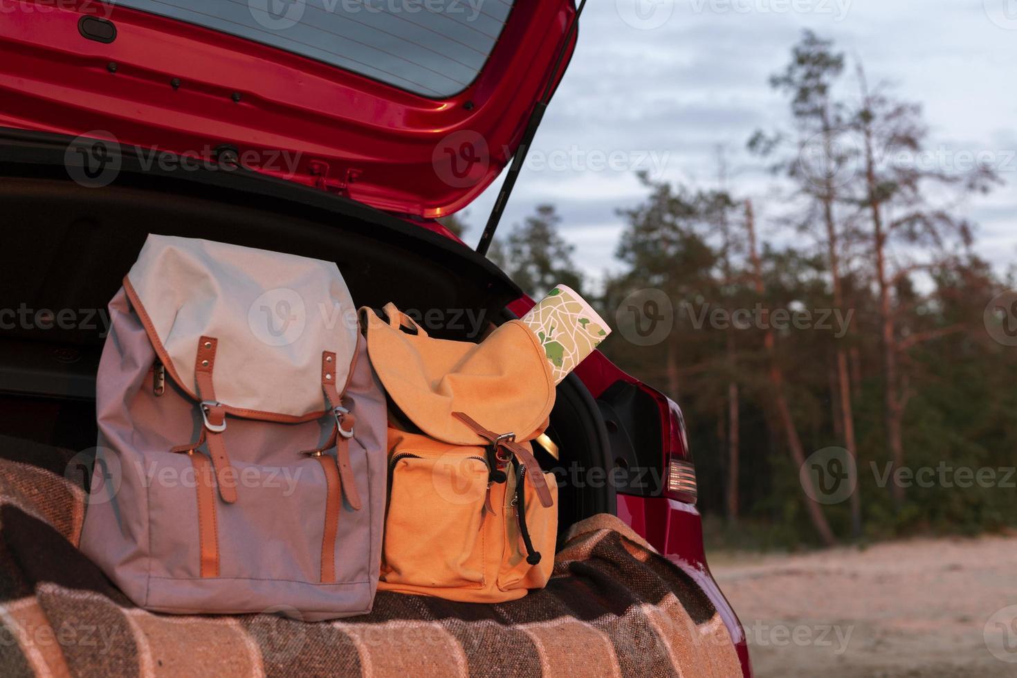 mochilas de pareja en el maletero con espacio de copia foto