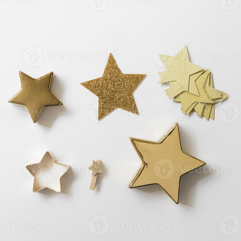 Diferentes decoraciones de estrellas en la mesa blanca. foto