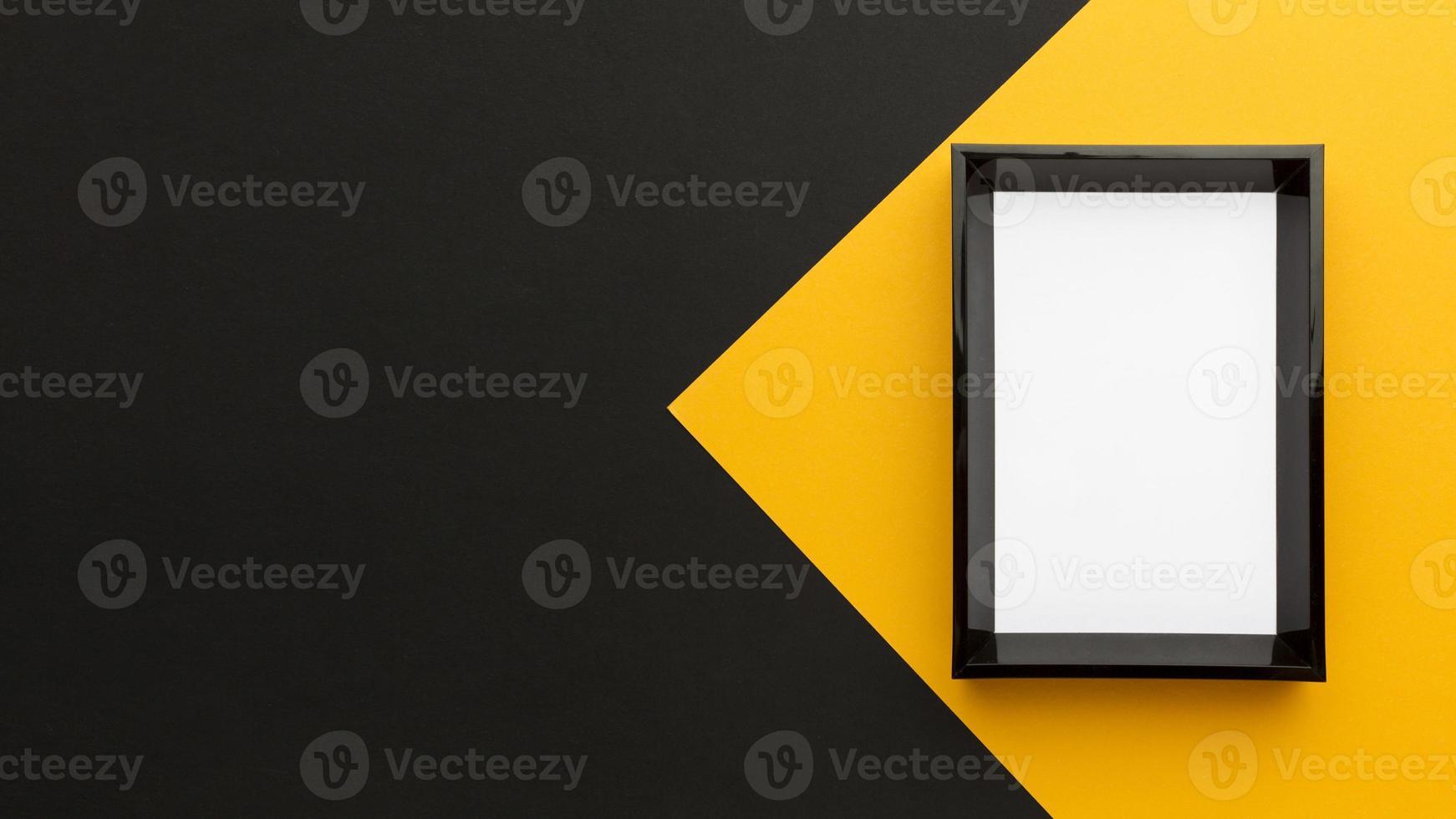 Marco plano negro y amarillo con espacio de copia foto