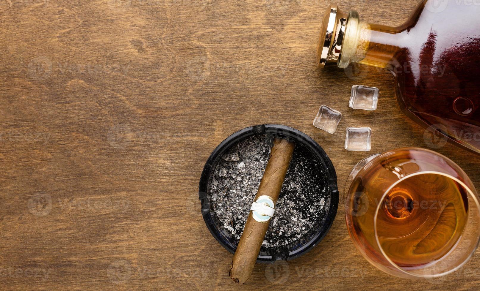 plano laico coñac y cigarro con espacio de copia foto