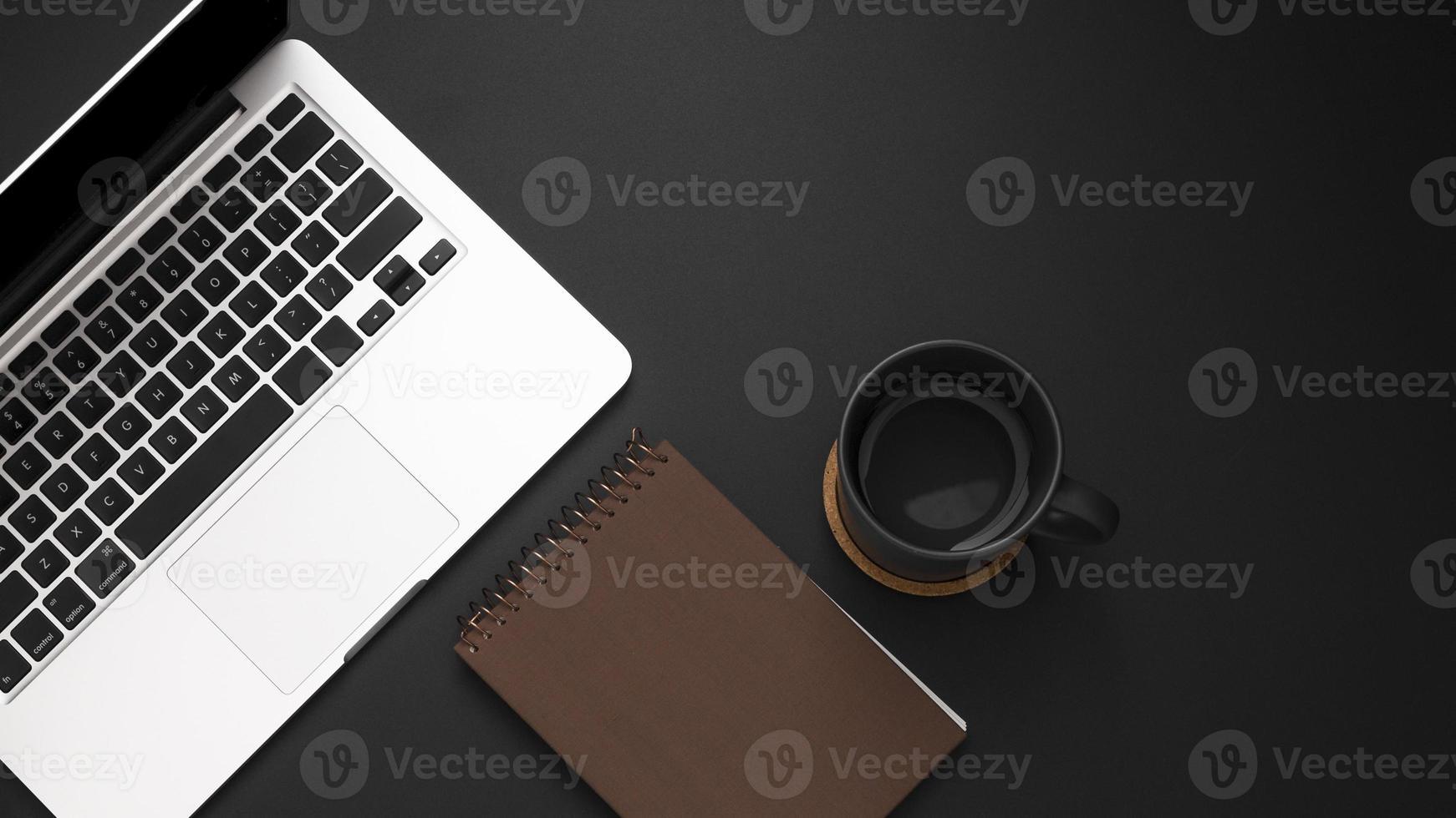 escritorio plano con laptop y taza de café foto