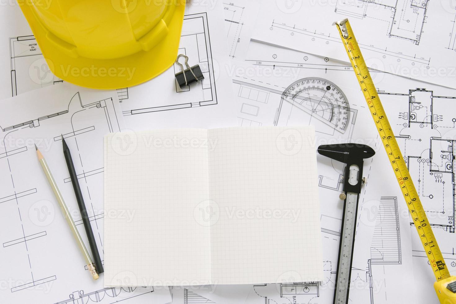 Casco y suministros de dibujo planos. foto
