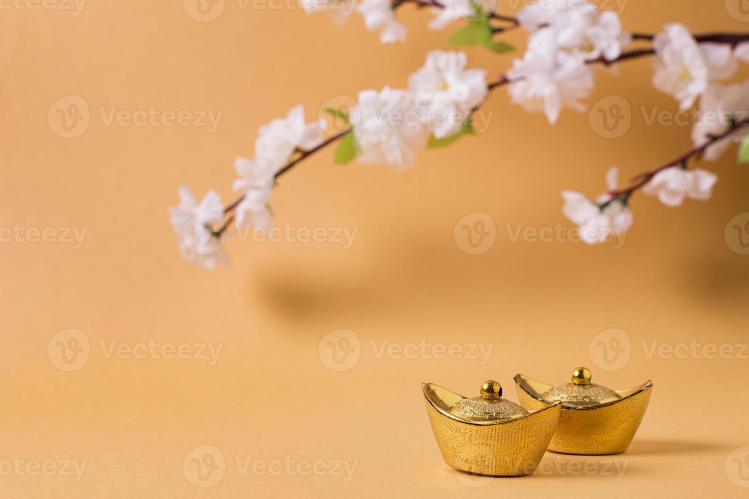 Concepto de año nuevo chino con árbol en flor sobre fondo naranja foto