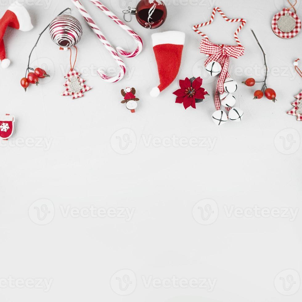 Juguetes de Navidad con bastones de caramelo sobre fondo blanco. foto