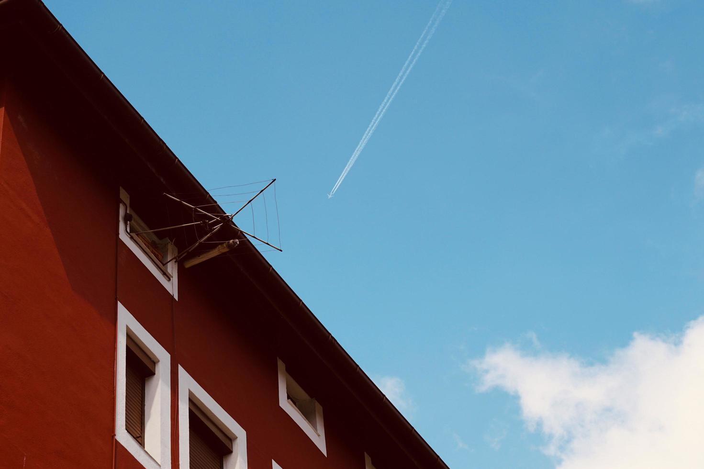 Avión volando en el cielo en la ciudad de Bilbao, España foto