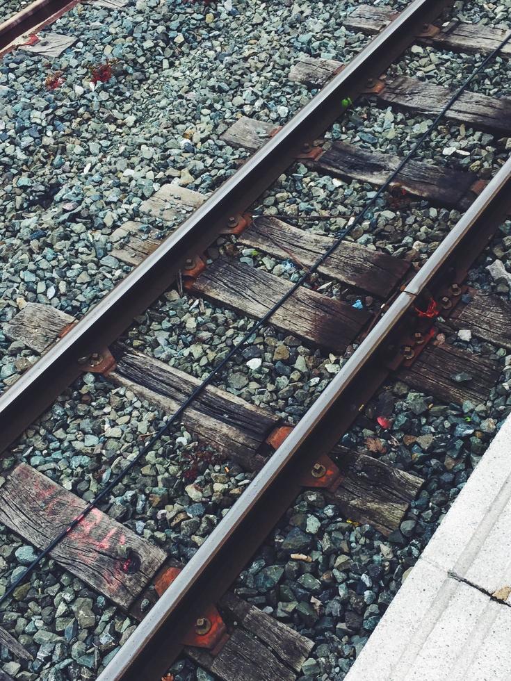 vía férrea en la estación, modo de transporte en tren foto