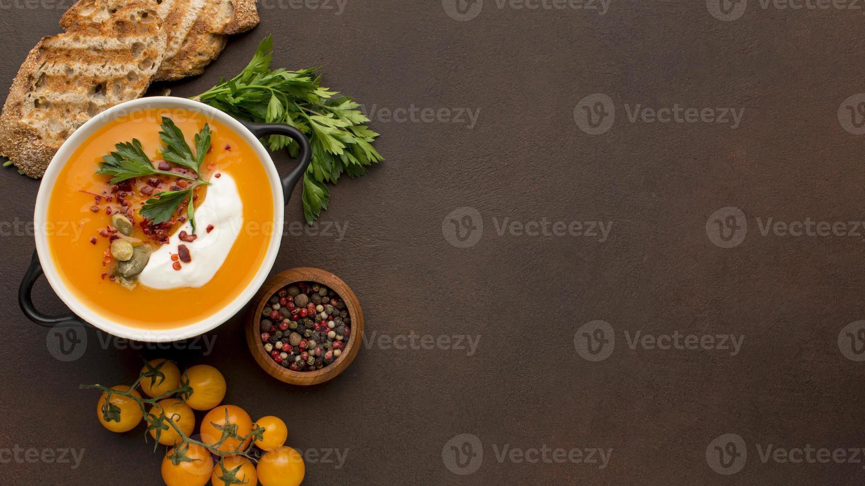 Lay Flat de sopa de calabaza de invierno con tostadas y copie el espacio foto