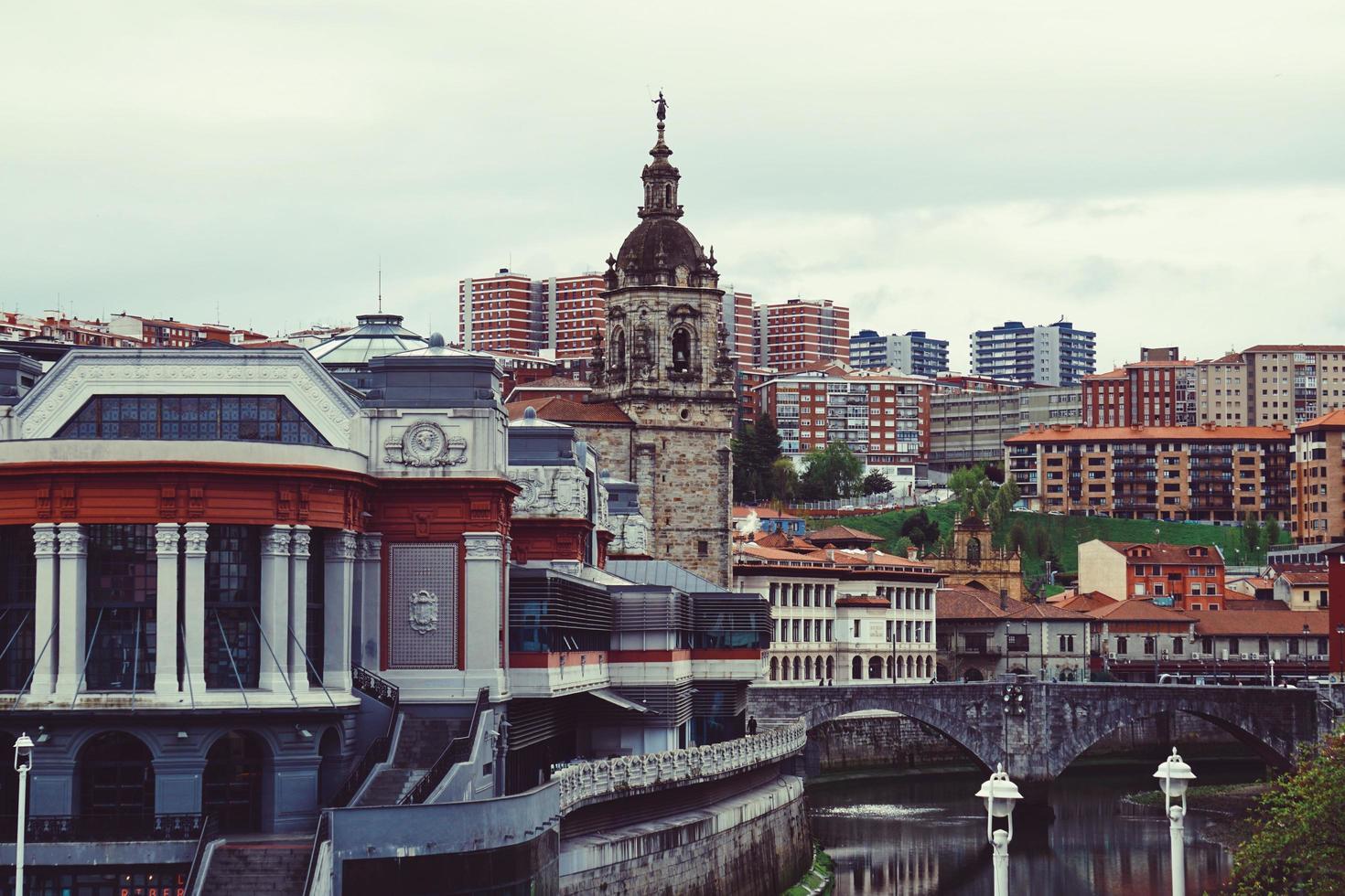 edificio de arquitectura en la ciudad de bilbao, españa, destino de viaje foto
