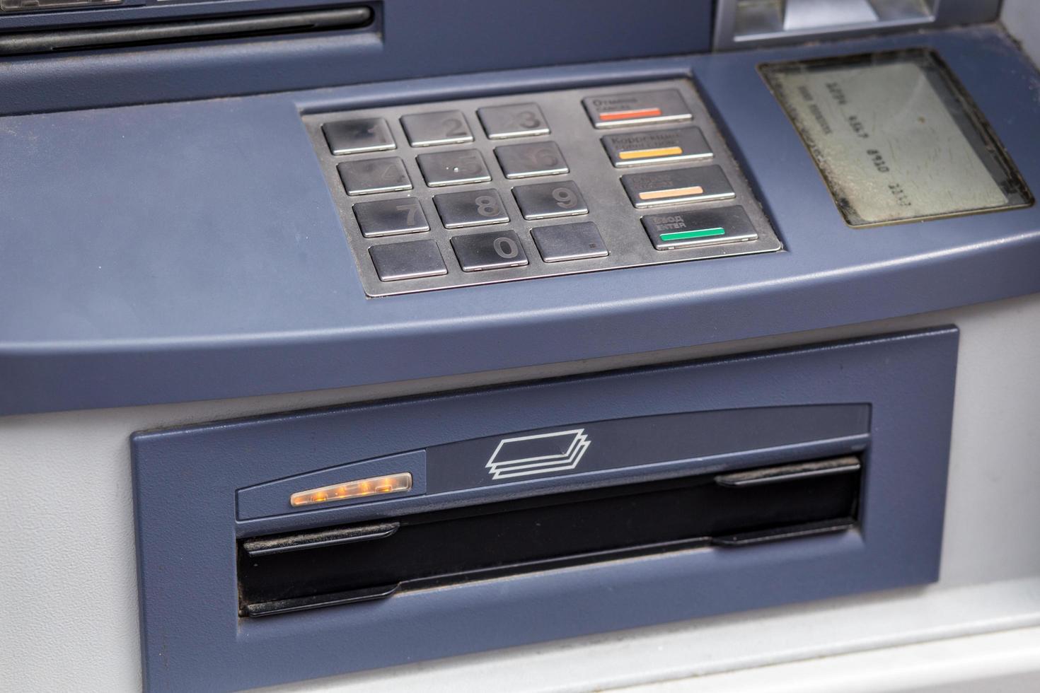 cajero automático listo para emitir dinero. foto