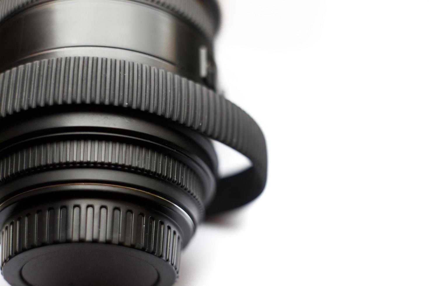 Lente de fotografía SLR con anillo de goma estirado a lo largo del tiempo aislado sobre fondo blanco. foto
