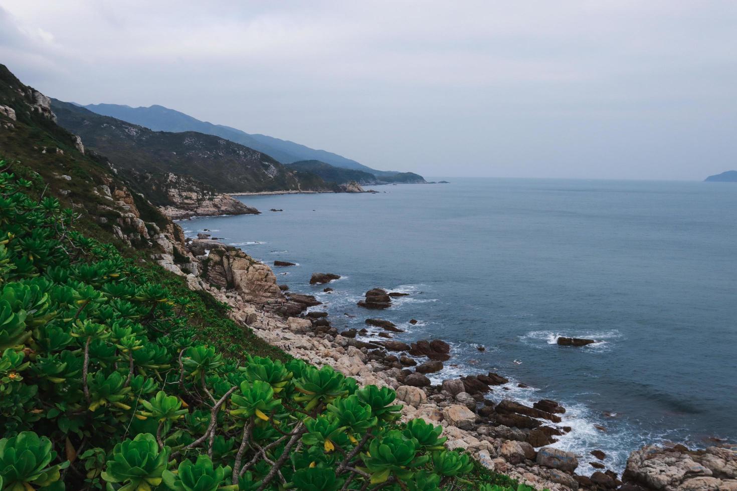 hermoso océano y montañas foto