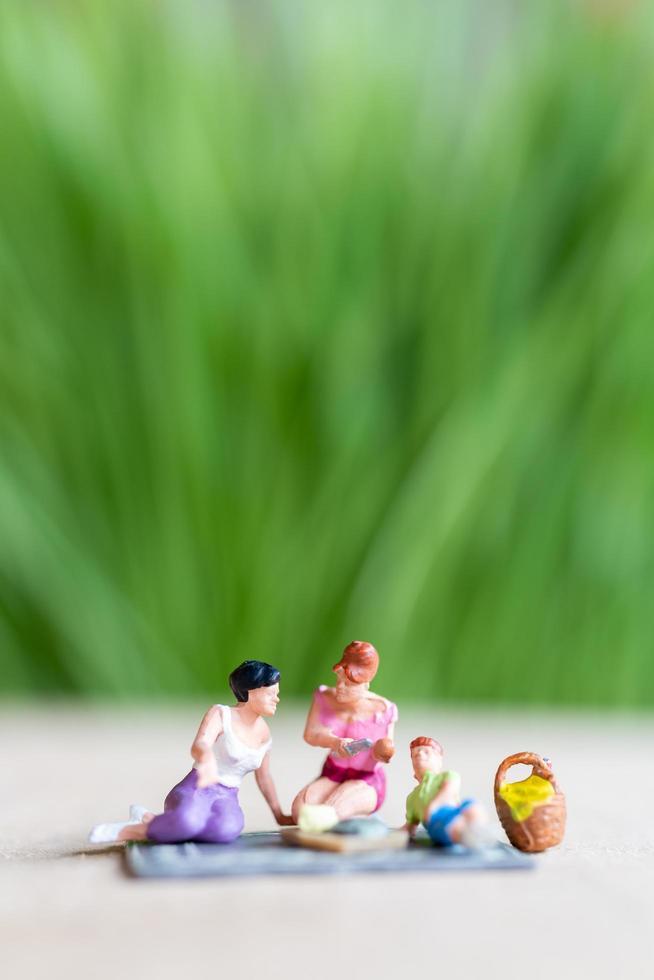 Gente en miniatura, una hermosa pareja de lesbianas divirtiéndose en el parque con niños. foto