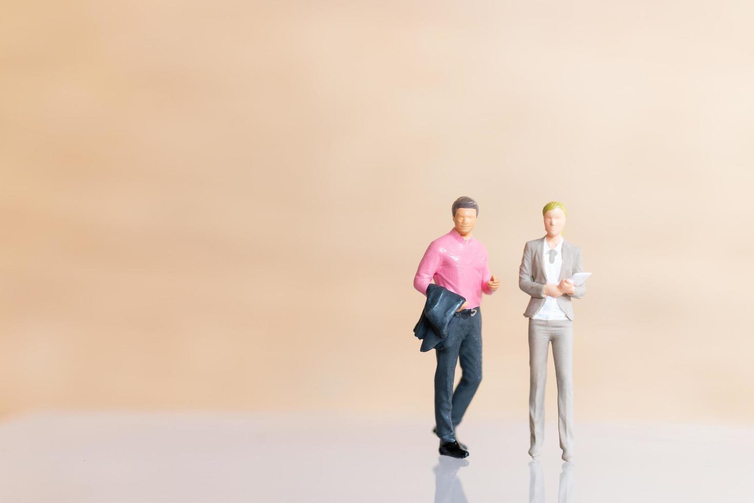 Empresarios en miniatura de pie y copia espacio para texto foto
