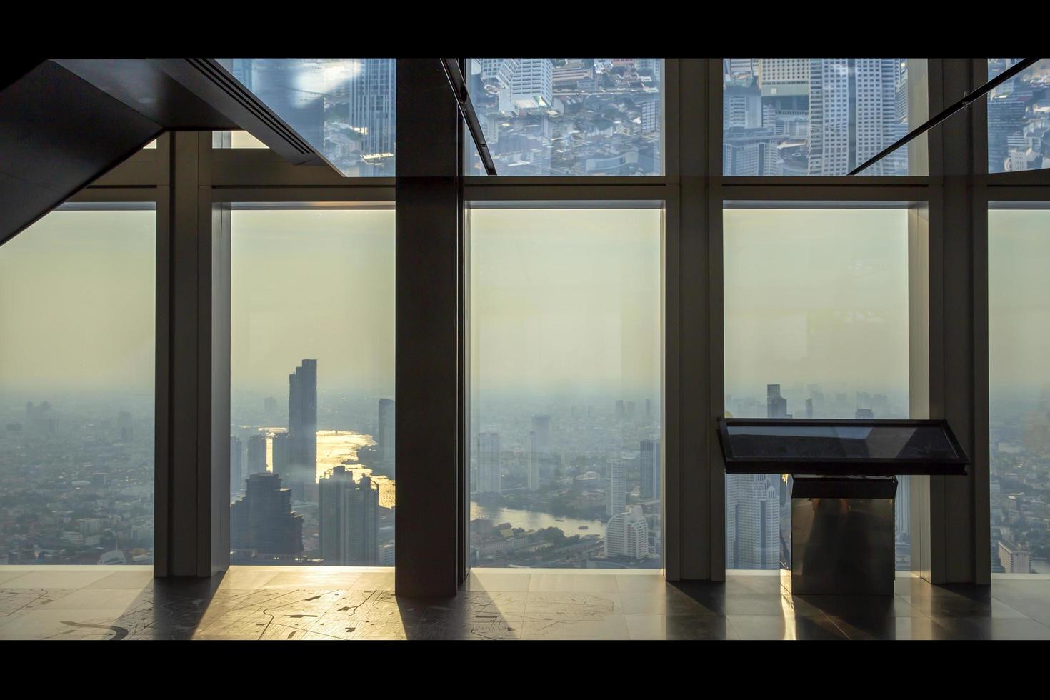 Interior del edificio de oficinas vista de rascacielos de negocios modernos, vidrio y vista del cielo paisaje del edificio comercial en el centro de la ciudad foto