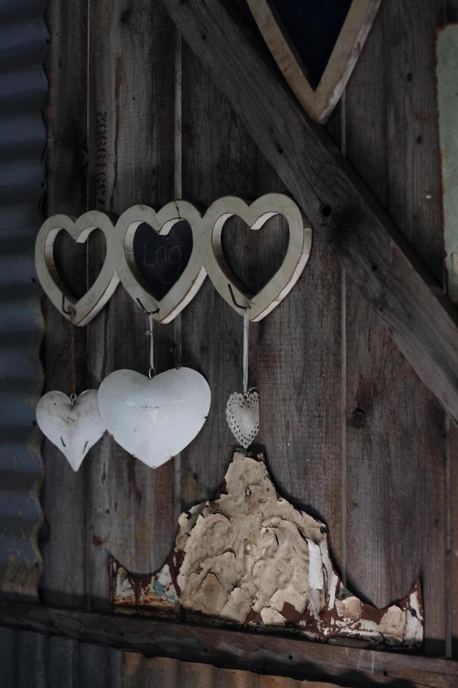 Corazones colgantes de madera y metal. foto