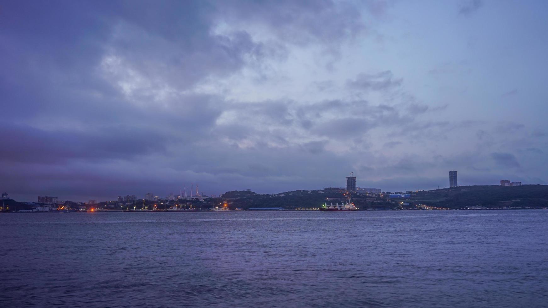 Seascape con barcos en un puerto por la noche en Vladivostok, Rusia foto