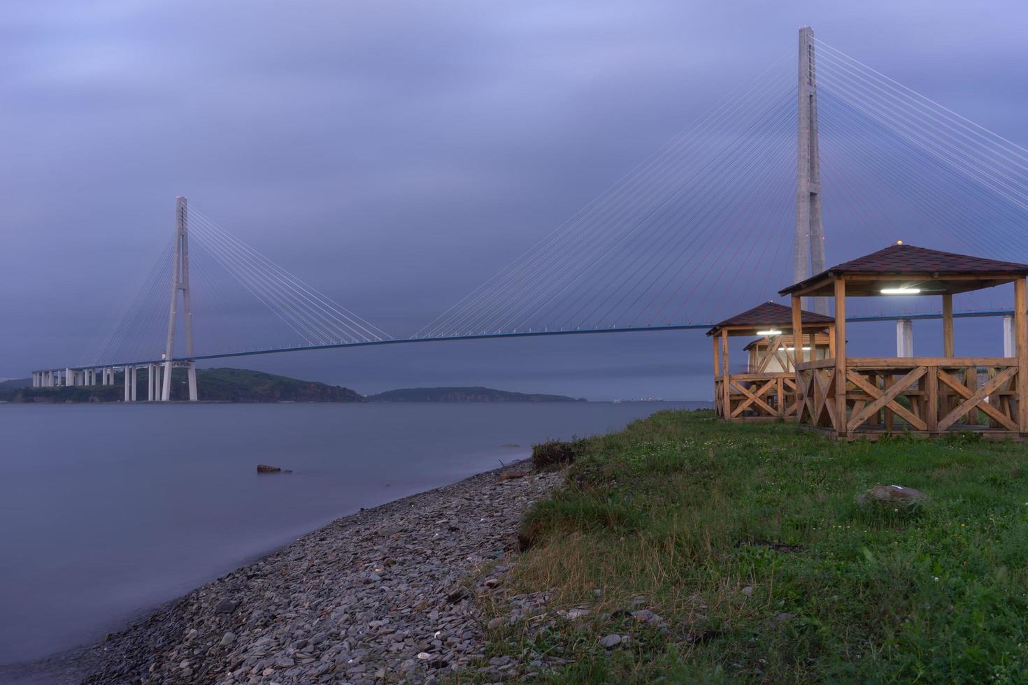 Puente russky y cuerpo de agua en Vladivostok, Rusia foto