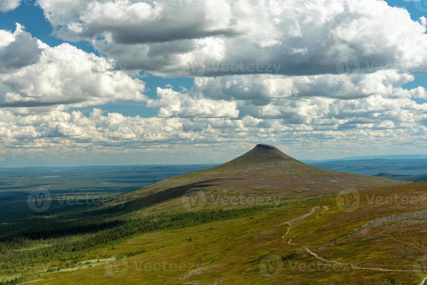 vista de verano sobre las montañas del norte de suecia foto