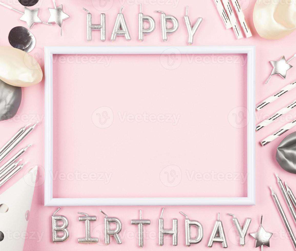 adornos de cumpleaños sobre fondo rosa foto