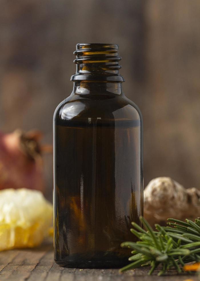 botella de suero y plantas foto