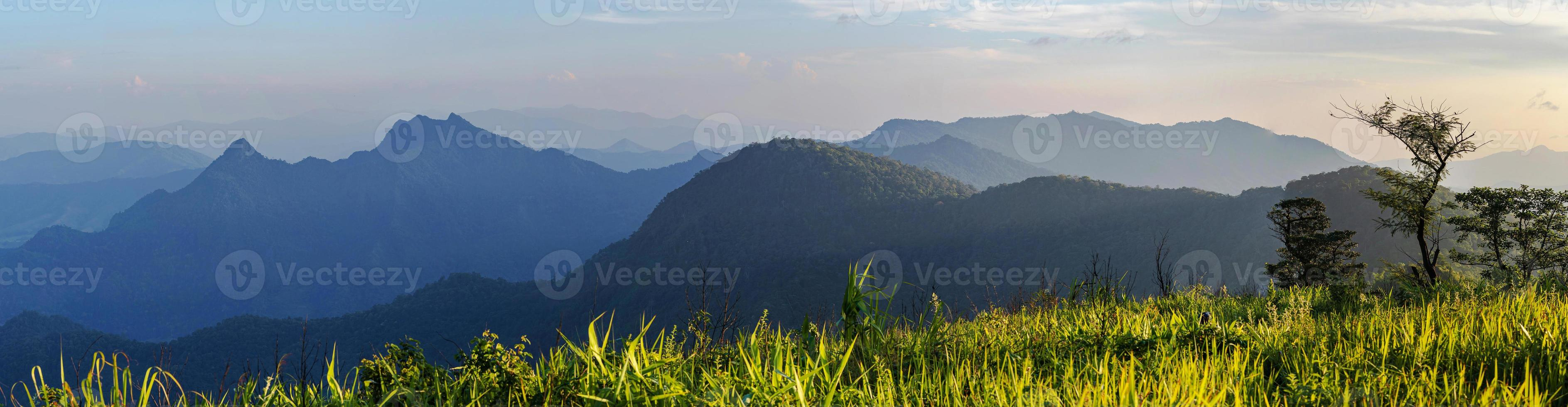 vista panorámica del paisaje de la alta montaña en el norte de tailandia foto