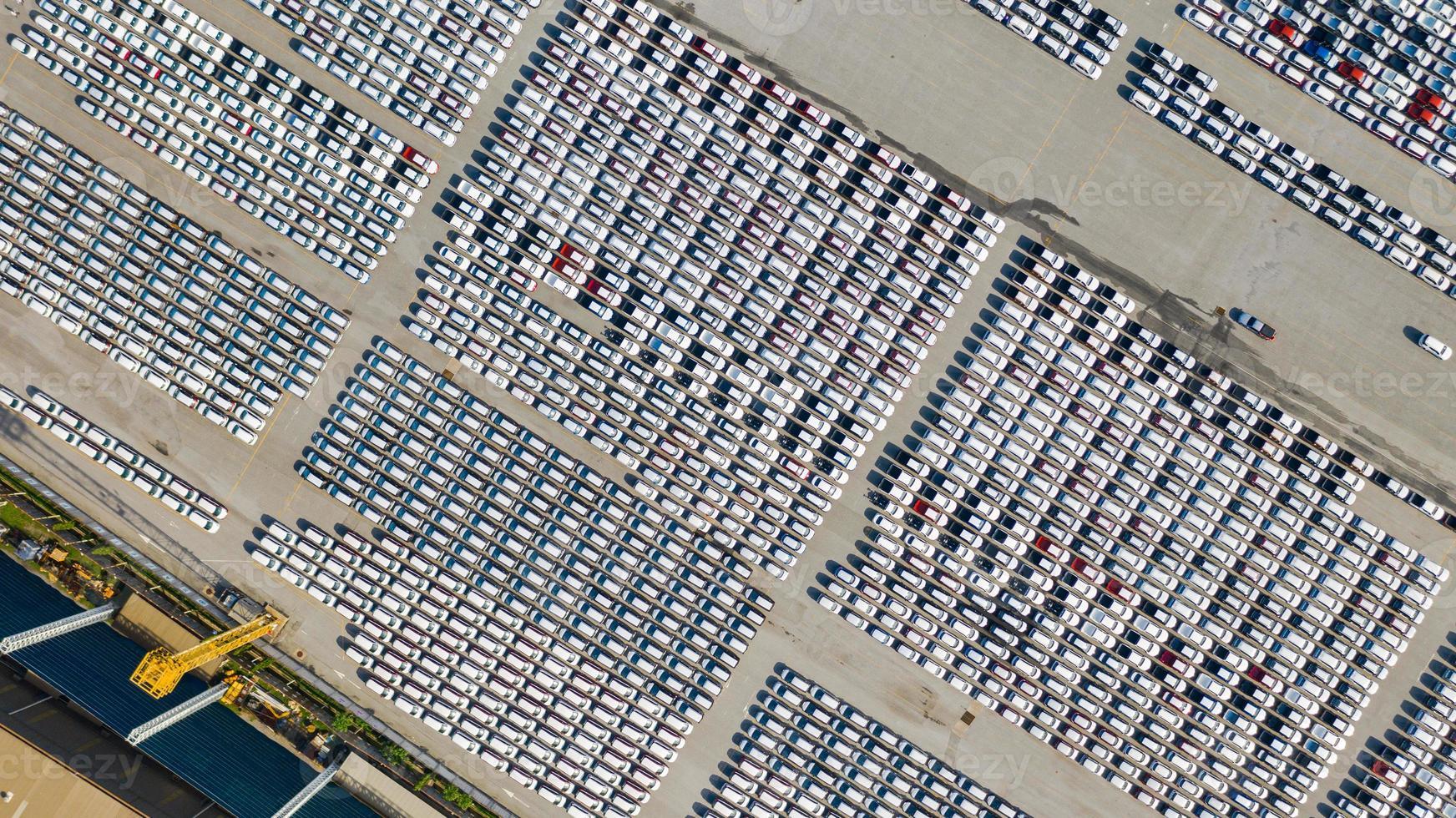 Vista aérea del estacionamiento para autos nuevos. foto