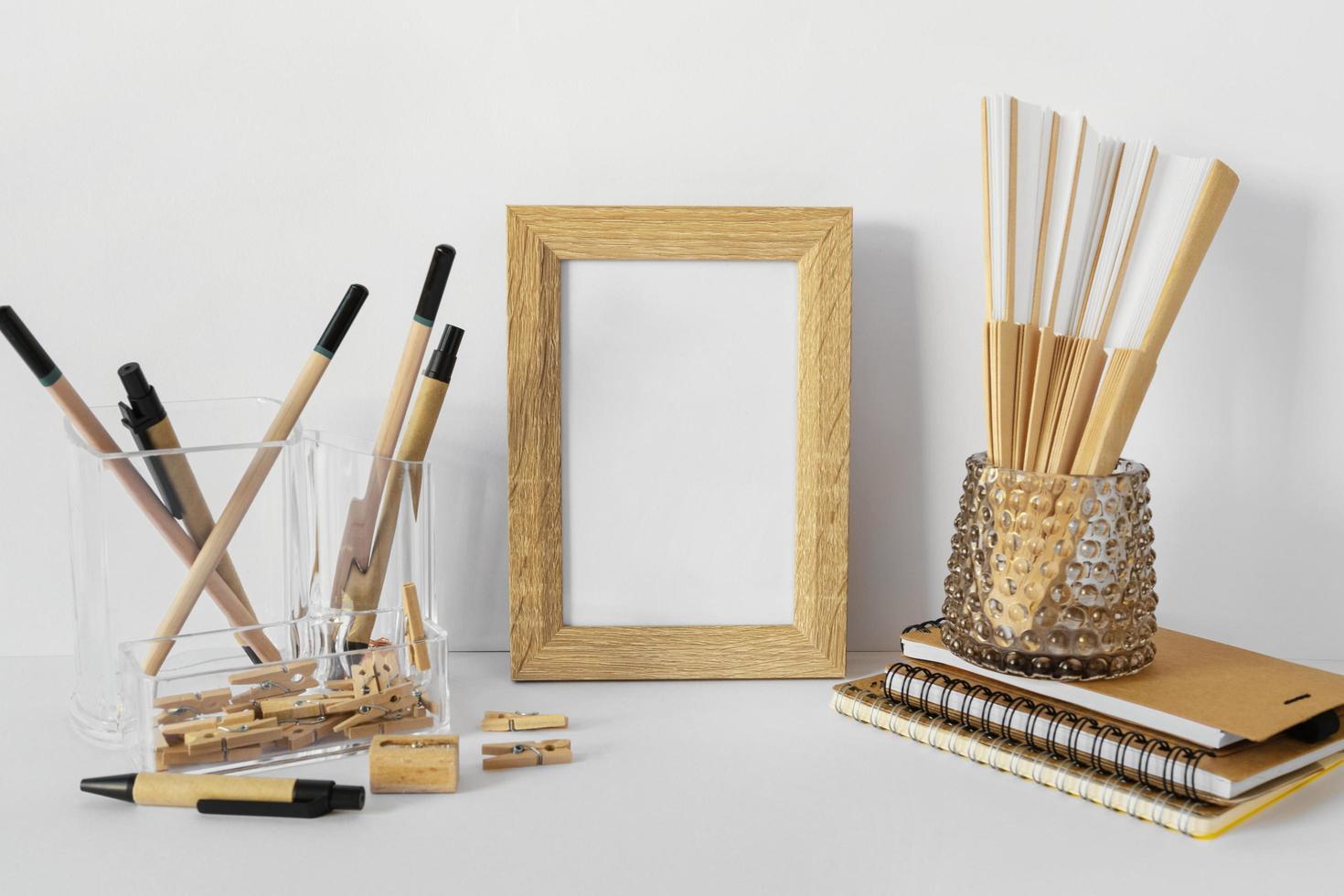 marco de madera vacío en el escritorio blanco foto