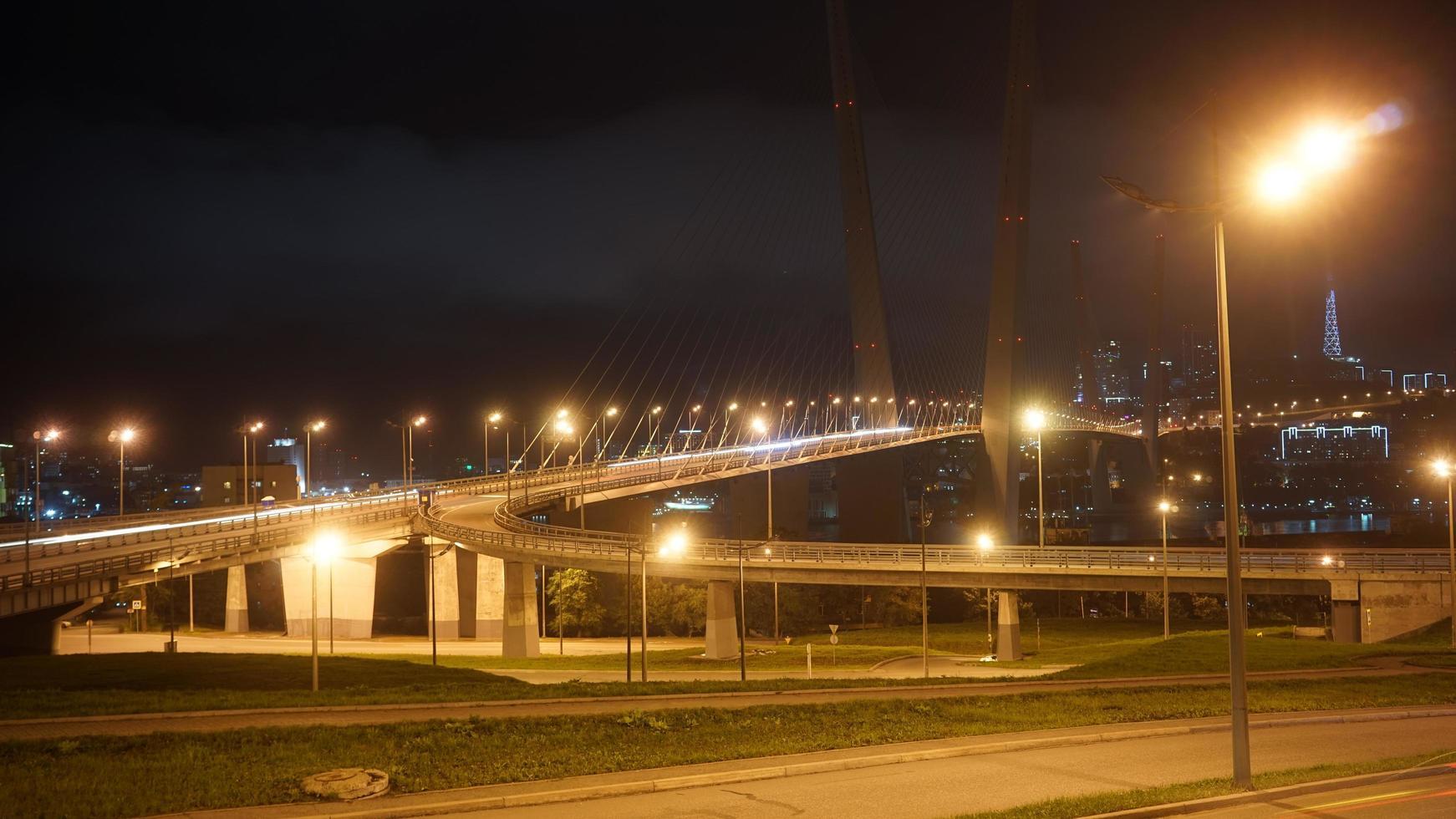 paisaje nocturno con vistas al puente dorado. foto