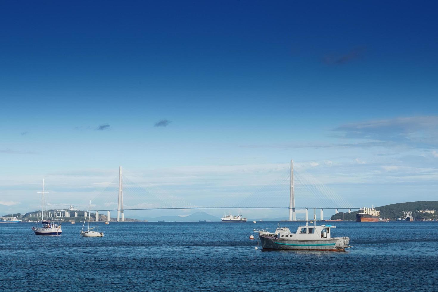 paisaje marino con vistas al puente ruso y a los barcos. foto