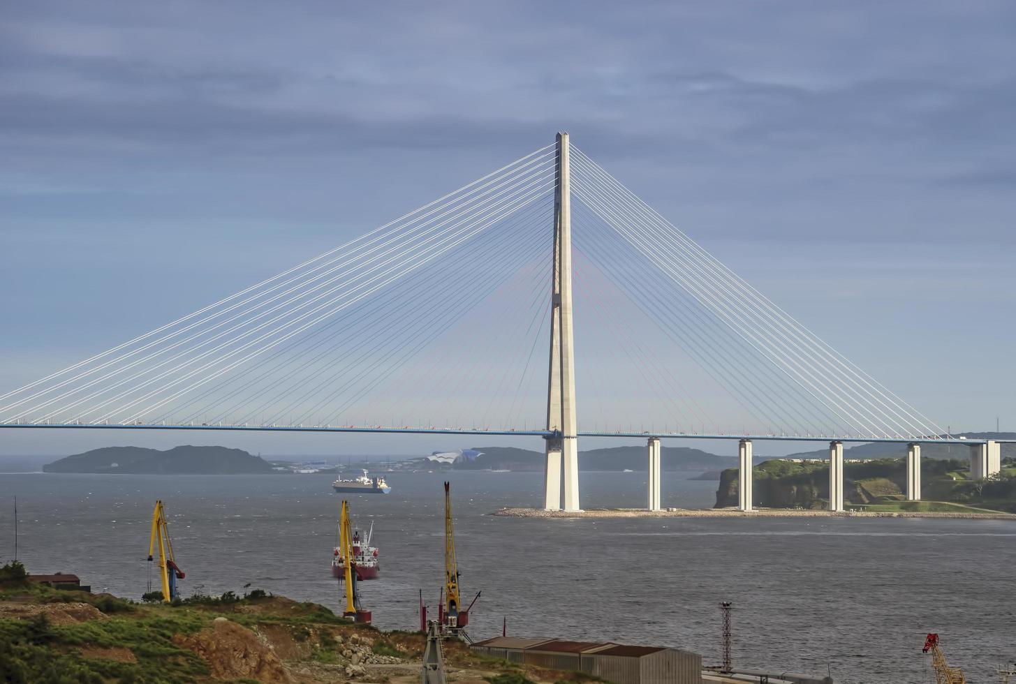 paisaje marino con vistas a la construcción del puente ruso. foto
