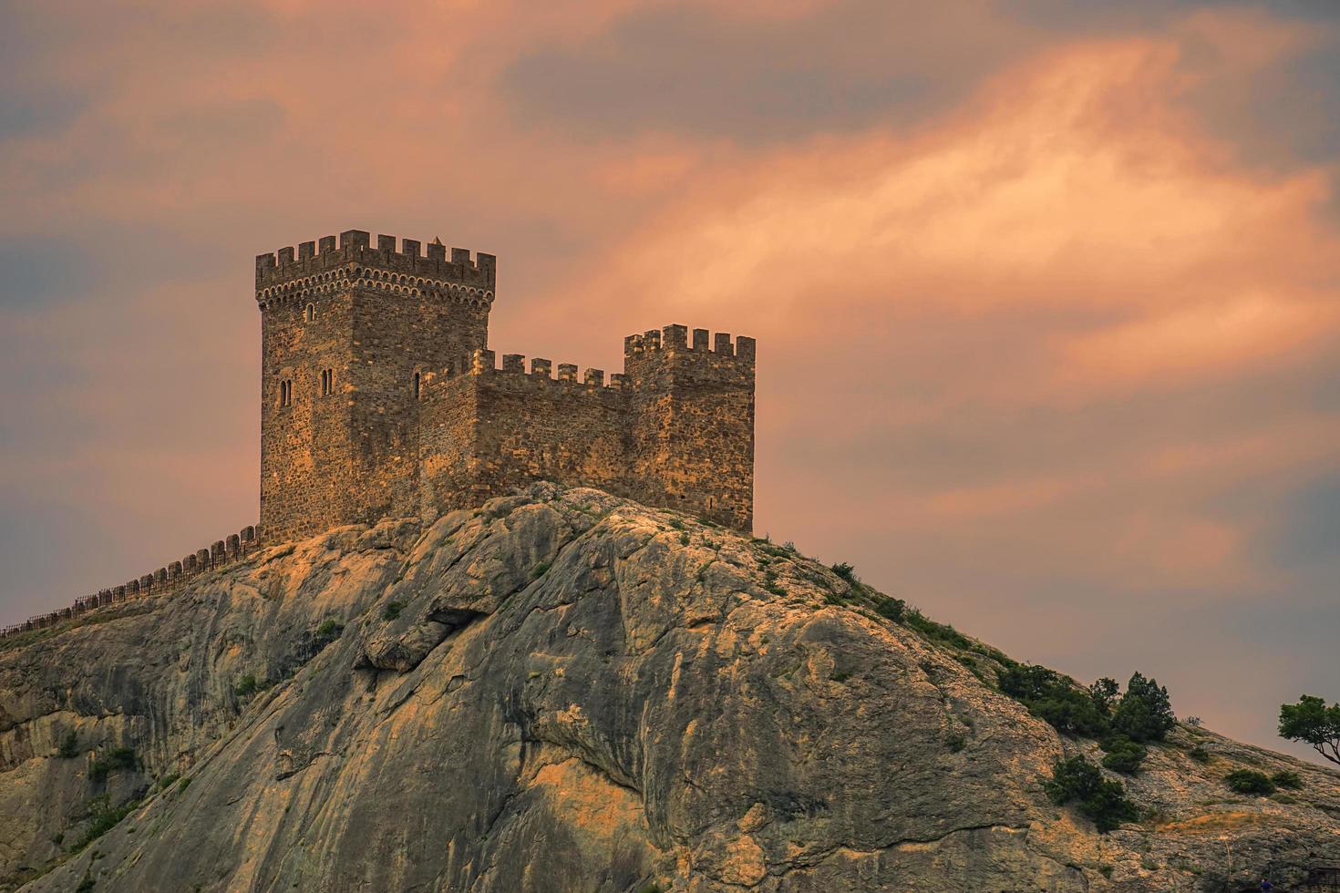 paisaje con vistas a las montañas y la fortaleza genovesa. foto