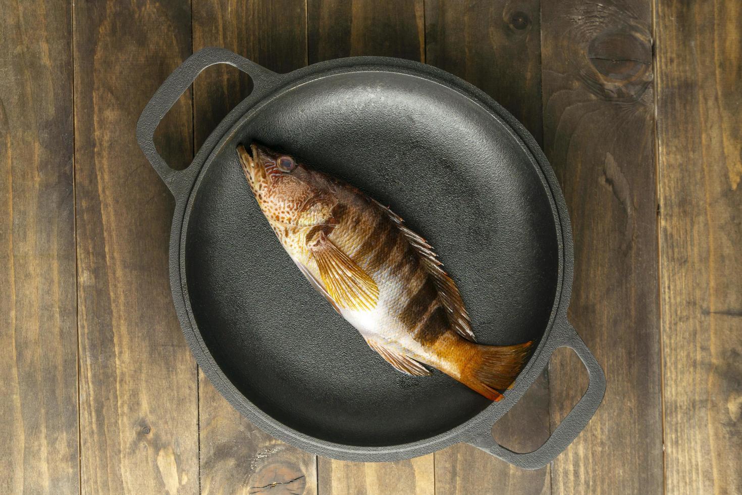 Vista superior de pescado crudo en un plato foto