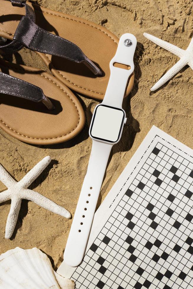 vista superior reloj inteligente y sandalias foto
